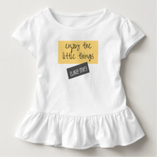 Goce de la pequeña camiseta del niño de las cosas