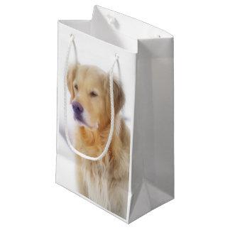 Golden retriever en la nieve bolsa de regalo pequeña