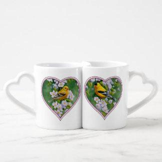Goldfinches americanos y flores rosados de Apple Tazas Amorosas