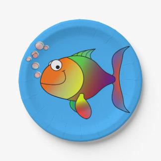 Goldfish alegre lindo en el mar, azul claro plato de papel