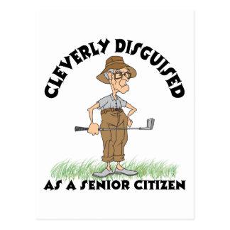 Golfista divertido del jubilado postal