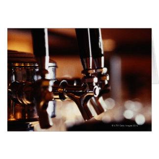 Golpecitos de la cerveza tarjeta de felicitación