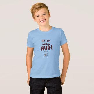 ¡Golpéelos con un ABRAZO! Camiseta