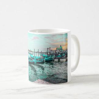 Góndolas azules en la taza de Venecia