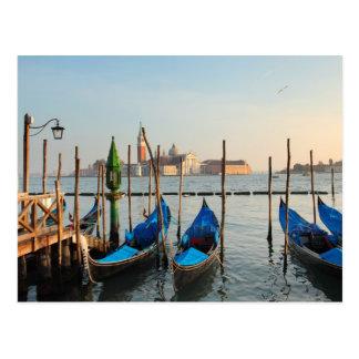 Góndolas en la postal de Venecia