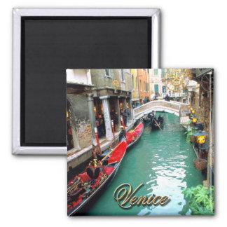 Góndolas en un canal veneciano imán
