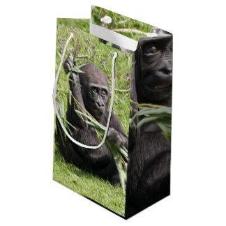 Gorila joven lindo bolsa de regalo pequeña