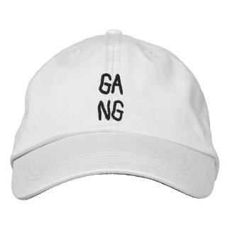 "Gorra Bordada A simple white cap with the word ""gang"""