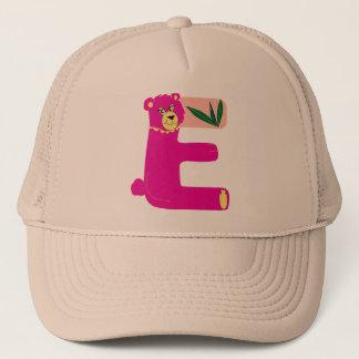 "gorra con la letra ""E"""