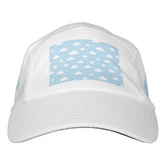 Gorra De Alto Rendimiento Nubes blancas del dibujo animado en el fondo azul