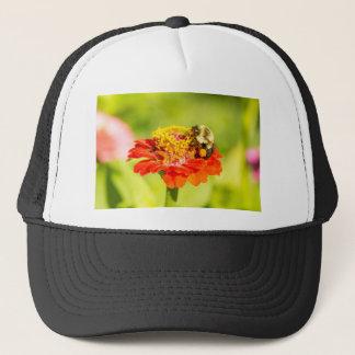 Gorra De Camionero abeja en la flor roja con los sacos del polen