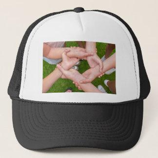 Gorra De Camionero Brazos con las manos de los chicas que se detienen