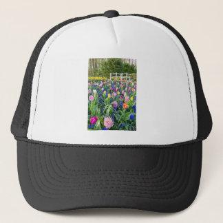 Gorra De Camionero Campo de flores con los jacintos y el puente de