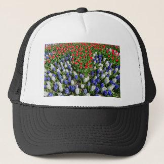 Gorra De Camionero Campo de flores con los tulipanes azules y los