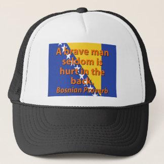 Gorra De Camionero Del hombre un proverbio bosnio valiente raramente