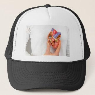 Gorra De Camionero Mano que lleva a cabo el modelo del corazón