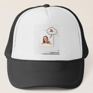 Gorra De Camionero Mujer rubia que piensa en el tablero blanco