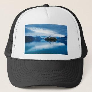 Gorra De Camionero Oscuridad del otoño en el lago sangrado