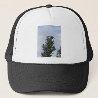 Gorra De Camionero Planta de Rosemary con las flores contra el cielo