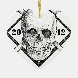 Gorra del traje del cráneo del pirata de la ropa adorno navideño de cerámica en forma de corazón