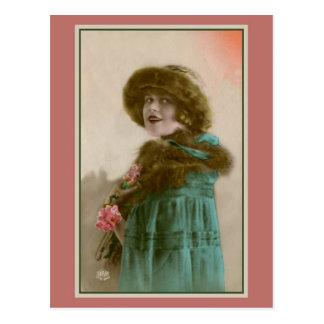 Gorra y capa de piel de la moda de las mujeres de postal