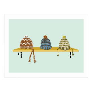 Gorras hechos punto en un estante postal