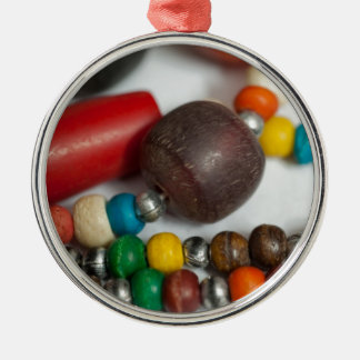 Gotas coloridas en cadenas adorno redondo plateado