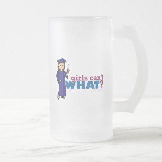 Graduación del chica en vestido azul taza de café