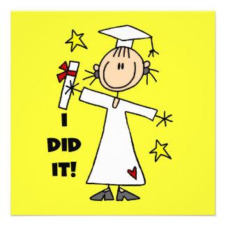 Graduado del chica en las tarjetas planas blancas invitación