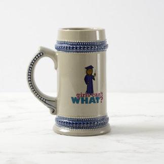 Graduado del chica en vestido azul taza