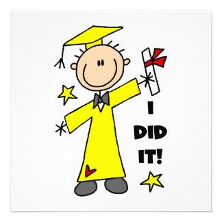 Graduado del muchacho en casquillo y vestido amari invitaciones personalizada