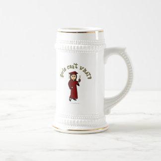 Graduado ligero del chica en casquillo y vestido r tazas de café