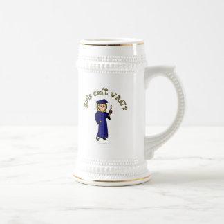 Graduado rubio de la mujer en vestido azul tazas de café
