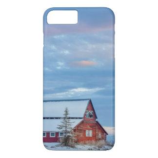 Granero rojo de madera viejo en el valle más bajo funda iPhone 7 plus