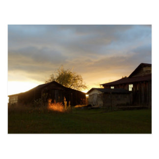 Graneros en la luz del sol de la tarde postal
