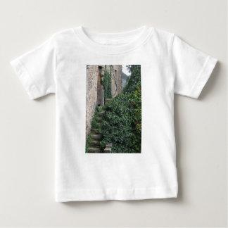 Granja abandonada vieja del país en las maderas camiseta de bebé