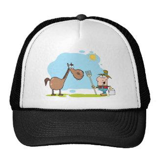 Granjero de sexo masculino con el caballo gorros