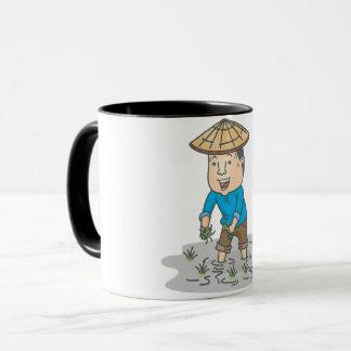 Granjero en una taza del campo del arroz