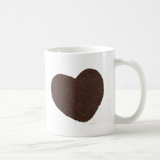 Granos de café, puestos a tierra, amor de la taza