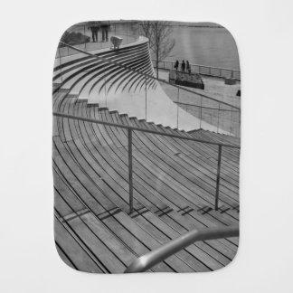 Grayscale de las escaleras del embarcadero de la paño para bebés