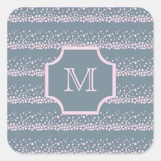 Gris con el monograma rosado delicado del modelo pegatina cuadrada