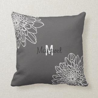 Gris de moda con las flores blancas y la almohada