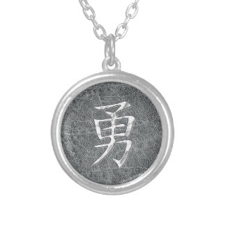 Gris valiente del kanji collar plateado
