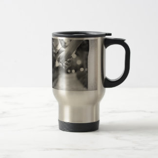 Groom holding hands with bride black and white taza térmica