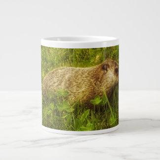 Groundhog en una taza del campo