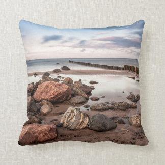 Groyne y piedras en la costa de mar Báltico Cojín Decorativo