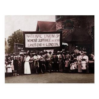 Grupo del sufragio de las mujeres con la bandera postal