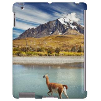 Guanaco que cruza el río en Torres del Paine Funda Para iPad