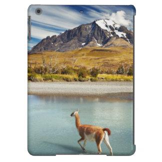 Guanaco que cruza el río en Torres del Paine Funda Para iPad Air