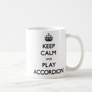 Guarde el acordeón de la calma y del juego taza de café